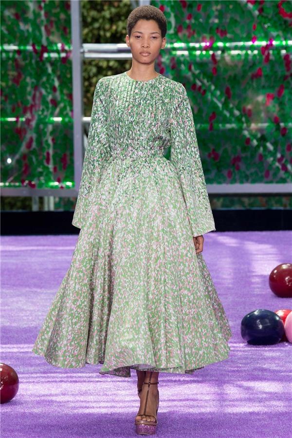 Các thiết kế Couture đều được thực hiện bằng phương pháp thủ công, tỉ mỉ đến từng chi tiết. Chất liệu cũng vô cùng độc đáo, lạ mắt.