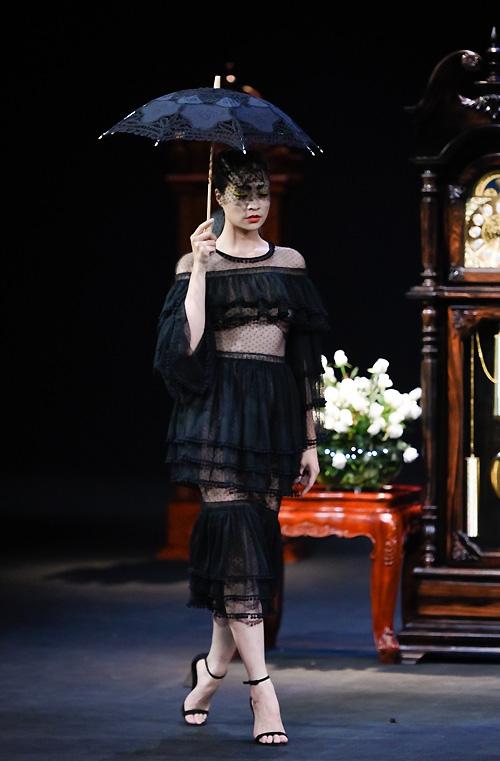 Cộng thêm những tiêu chí này, có thể thấy việc gắn mác Couture cho một thiết kế đòi hỏi một quá trình lâu dài, được giới chuyên môn công nhận.