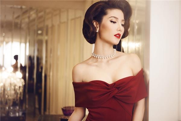 Sự thu hút của mẫu người phụ nữ này nằm ở phong cách cổ điển, ánh mắt và bờ môi quyến rũ. Diễm My 9x cùng ê-kip lấy ý tưởng thực hiện bộ ảnh này từ Marilyn Monroe -một tượng đài của điện ảnh - Tin sao Viet - Tin tuc sao Viet - Scandal sao Viet - Tin tuc cua Sao - Tin cua Sao