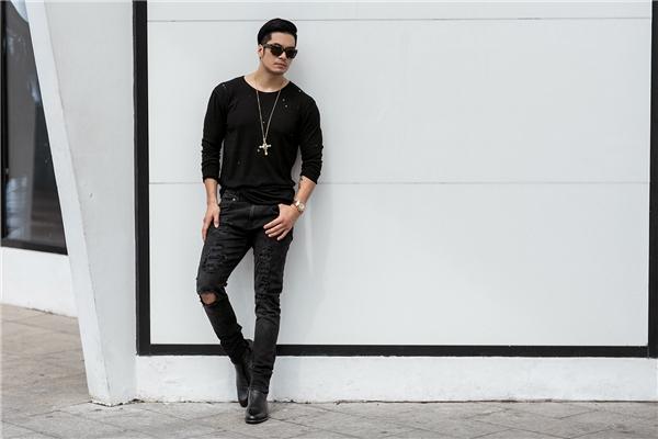 Cùng một chiếc quần jeans, Thiên Nguyễn tiếp tục lăng xê mốt áo rách đang thịnh hành. Sắc đen cũng chính là gam màu yêu thích của Thiên Nguyễn bởi chúng luôn giữ được sự lịch lãm, mạnh mẽ.