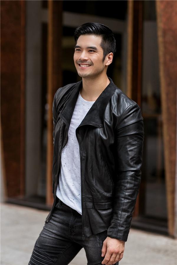 Hình ảnh những chàng trai cá tính, phong trần được Thiên Nguyễn tái hiện rõ nét qua áo phông, jeacket da phối cùng quần jeans loang màu. Vẻ ngoài của chàng trai này luôn dễ dàng cuốn hút ánh nhìn của người đối diện.