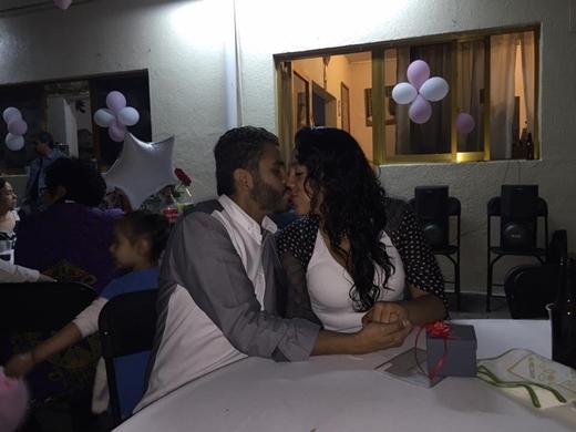 Hai người trao nhau nụ hôn nồng thắm và chuẩn bị cho một đám cưới trong tương lai không xa.