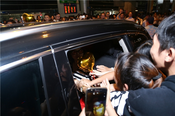 Fan gây náo loạn sân bay khi chạy theo xe và không ngừng hô tên Mỹ Tâm - Tin sao Viet - Tin tuc sao Viet - Scandal sao Viet - Tin tuc cua Sao - Tin cua Sao