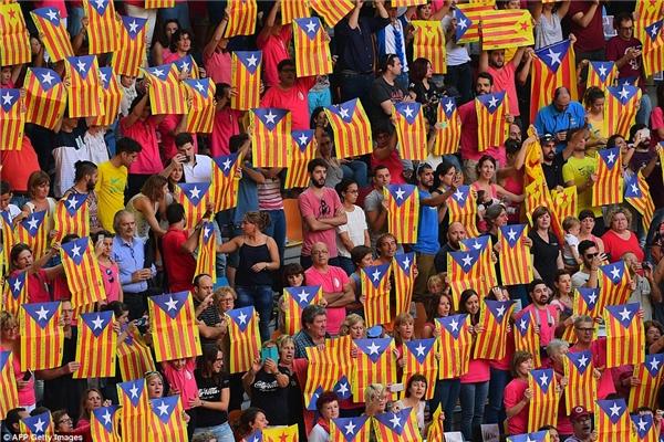 Khán giả vẫy lá cờCatalan trong khi theo dõi sự kiện đang náo nhiệt diễn ra.