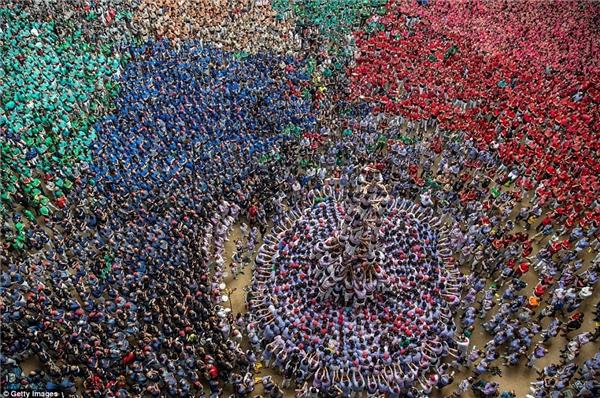 Các đội khác căng thẳngđứng xung quanh quan sát độiJove Xiquets de Tarragona thực hiện bài thi của mình.