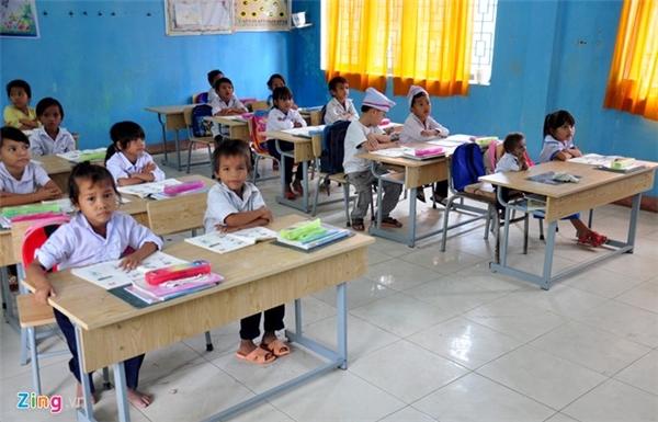 Sau hai năm vận động, Ban giám hiệu Trường tiểu học Sơn Ba (huyện vùng cao Sơn Hà) đã thuyết phục vợ chồng ông Đinh Văn An (ngụ thôn Gò Da) cho con trai Đinh Văn K'Rễ (8 tuổi) nặng hơn 3kg đến trường học lớp 1 từ tháng 9 đến nay.
