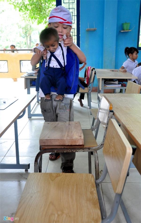 Ông Đinh Văn An (cha của K'Rễ), cho hay từ nhà đến trường ở trung tâm xã Sơn Ba mất đến 4 tiếng đi bộ băng rừng, lội suối. Ngoại hình con trai ông nhỏ bé nên nhiều năm qua hai vợ chồng cứ lo cậu bé tí hon không thể đến trường học tập.