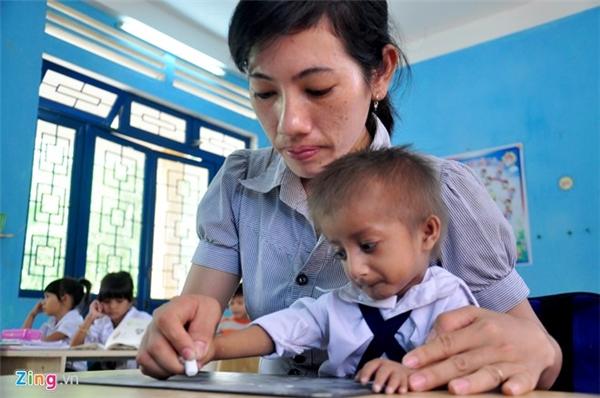 Nhiều lần, các giáo viên về làng vận động gia đình ông An đưa bé K'Rễ đến Trường tiểu học Sơn Ba kiểm tra, làm quen môi trường học tập. Đến đầu năm học mới 2016, ông mới đưa con trai đến ở nội trú, chính thức vào học lớp 1.