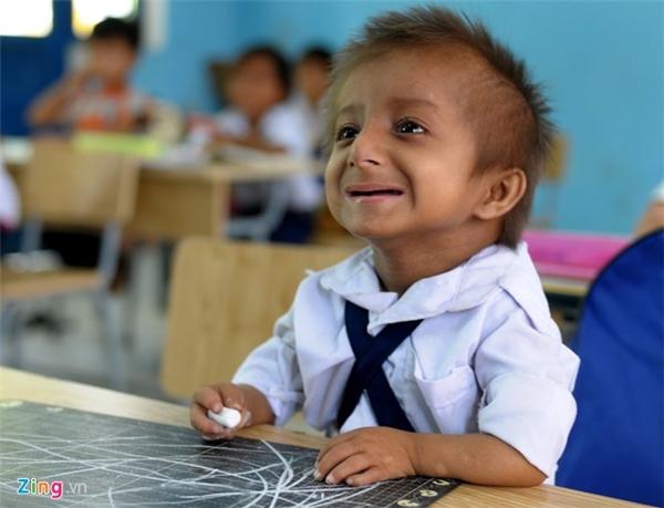 Bàn tay bé xíu cầm phấn, cậu bé chăm chú nghe cô giáo giảng bài. Cô Phạm Thị Ngói, giáo viên chủ nhiệm lớp 1B, Trường tiểu học Sơn Ba, thổ lộ nhiều năm về công tác giảng dạy ở trường, đây là lần đầu tiên dạy lớp 1 có cậu học trò đặc biệt như K'Rễ.