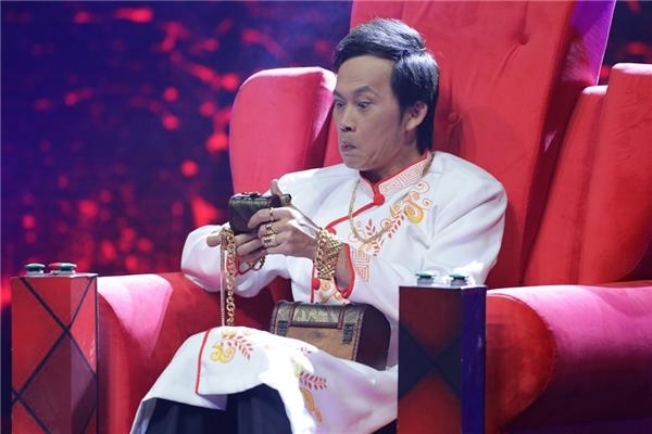 """Về lí do nhận lời tham gia chương trình, NSƯT Hoài Linh cho biết: """"Nhà Cườicó format cực kì lạ và thú vị khi tạo rasân chơi dành cho các diễn viên truyền hình. Hãy xem tôi làm khó họ thế nào qua các tình huống trong phim nhưng lại diễn ra trên sân khấu"""". - Tin sao Viet - Tin tuc sao Viet - Scandal sao Viet - Tin tuc cua Sao - Tin cua Sao"""