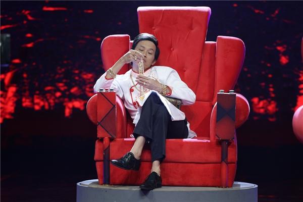 """Điều đặc biệt, NSƯT Hoài Linh sẽ cùng """"xông pha"""" diễn với các diễn viên truyền hình, chứ không chỉ đơn thuần là ngồi trên chiếc """"ghế nóng""""làm khó các khách mời. Trong chương trình này, NSƯT Hoài Linh có biệt danh là """"ông chủ nhà keo kiệt"""". Vì thế,khi anh xuất hiện trên sân khấu thì ngay lập tức số tiền thưởng của chương trình sẽ giảm đi 50 triệu đồng. - Tin sao Viet - Tin tuc sao Viet - Scandal sao Viet - Tin tuc cua Sao - Tin cua Sao"""