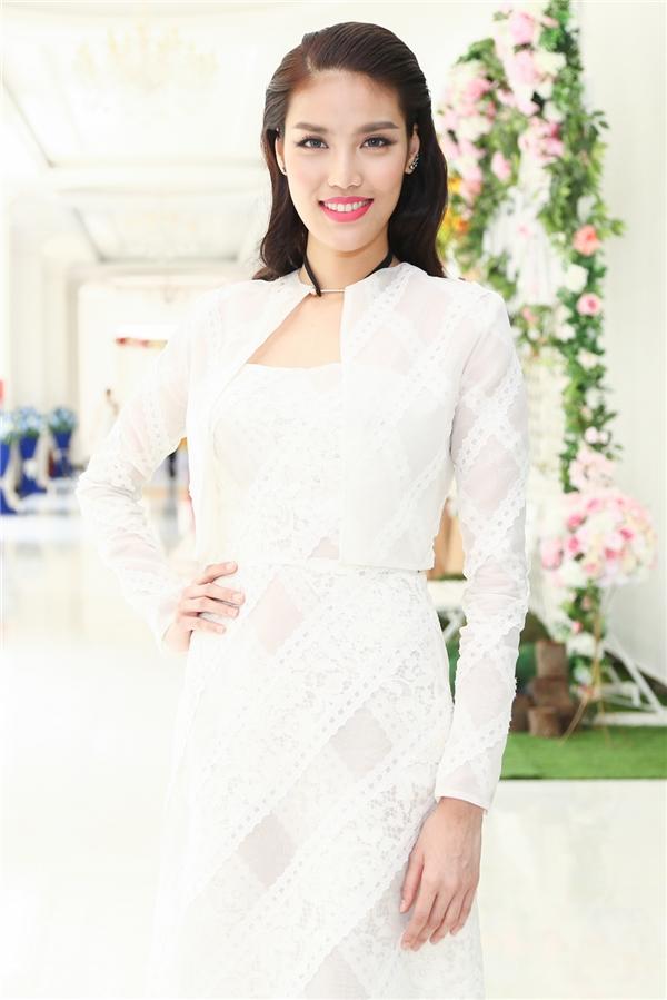 Sáng nay (5/10), Hoa khôi Áo dài Việt Nam 2014 chính thức có mặt tại buổi họp báo ra mắt cuộc thi Người đẹp xứ dừa 2016. Lan Khuê diện bộ váy trắng kết hợp áo khoác bên ngoài thanh lịch của nhà thiết kế Lâm Gia Khang.
