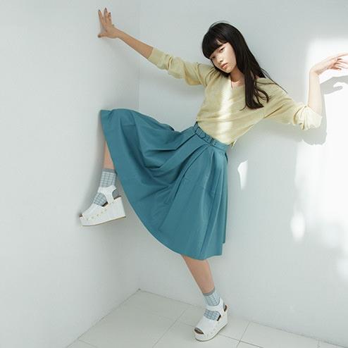 Sự kết hợp táo bạo giữa tất và giày sandals thể hiện bạn là một cô gái rất có gu ăn mặc.