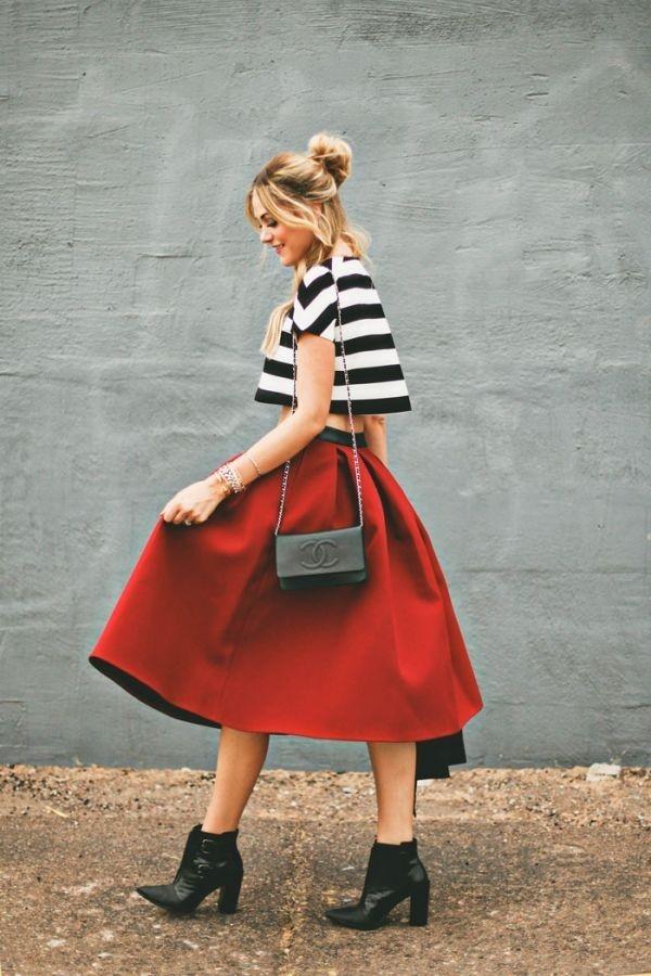 Ankle boots kết hợp với váy midi xòe và áo croptop sẽ tạo cho bạn vẻ ngoài sành điệu và năng động.