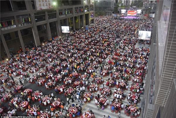 Hơn 1500 hộ gia đình đã có mặt tại sân và con đường trong khu địa ốc mới của Tập đoàn Phú Lực tại Quảng Châuđể ăn mừng bữa tiệc tân gia khổng lồ.