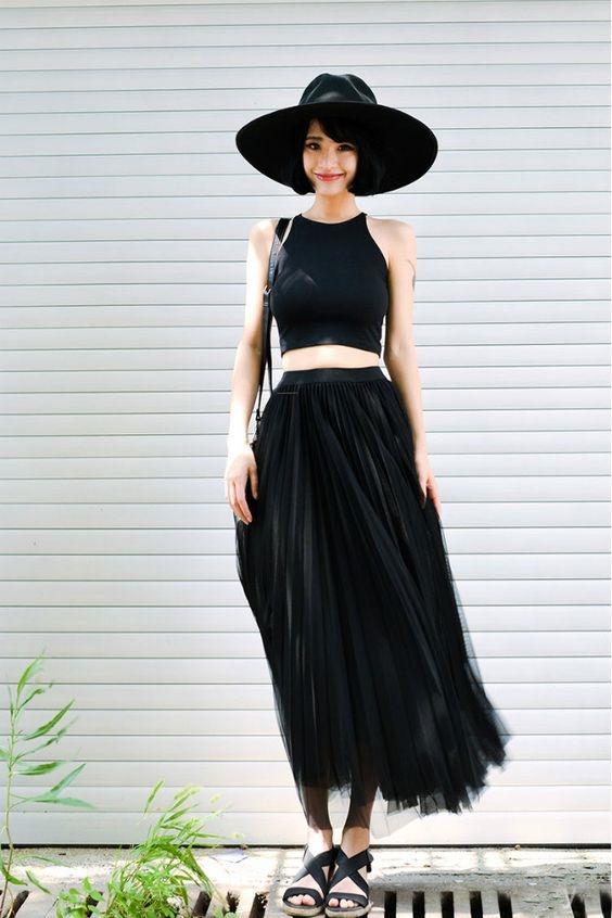 Chân váy midi den vải voan kết hợp với giày sandals cùng màu tuy đơn giản nhưng lại vô cùng tinh tế.