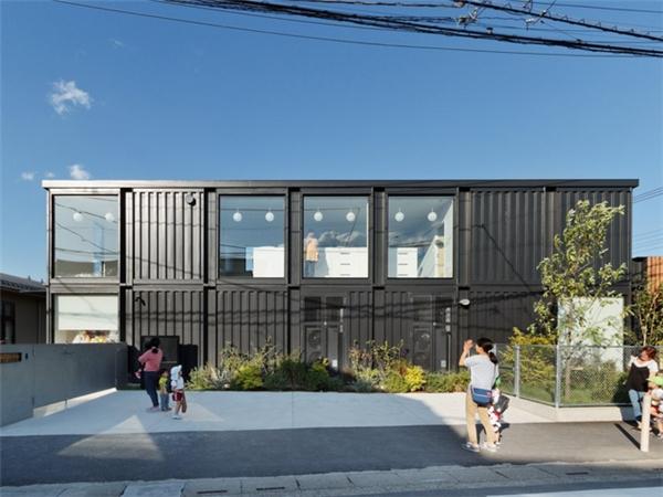 Trường mẫu giáo OA được thiết kế theo phong cách độc đáo, tận dụng container cũ làm phòng học nhằm đảm bảo an toàn cho học sinh, giáo viên trong các trận động đất.