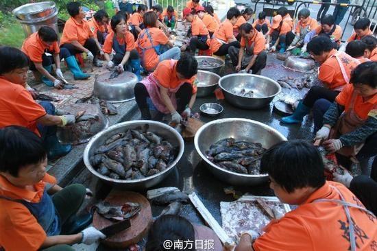 Nhằmphục vụ cho bữa tiệc khổng lồ này, ban quản lí đã dựng lên 6 khu nhà bếp và mời hơn 600 đầu bếp tham gia nấu nướng.