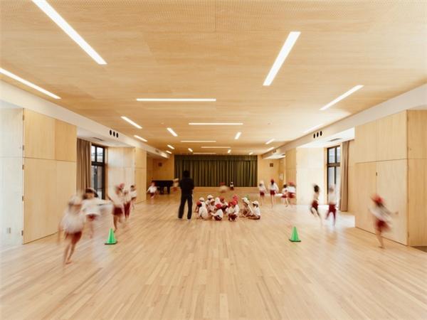 Bên trong, tường được ốp gỗ hoàn toàn, bố trí theo lối tinh giản, mang lại môi trường học tập, vui chơi rộng rãi.