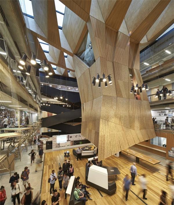 Trường thiết kế thuộc Đại học Melbournegây ấn tượng nhờ thiết kế độc đáo, tạo cảm giác giảng viên, sinh viên đang học tập, nghiên cứu dưới tán cây khổng lồ.