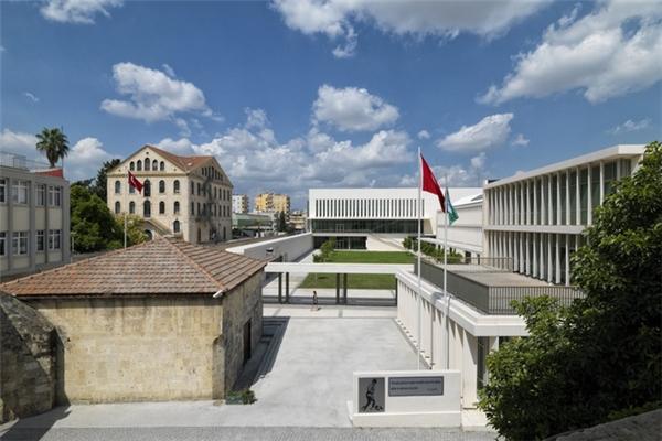 Ban ngày, khuôn viên mới của TAC-SEV giống như khu công sở cao cấp nằm giữa lòng thành phố Tarsus