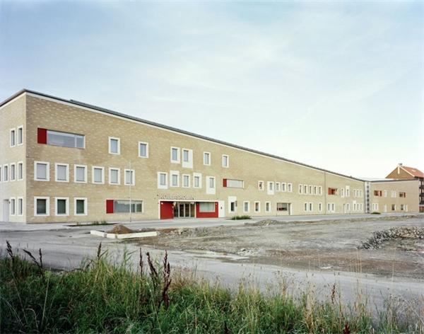 Ngôi trường độc đáo ở lối kiến trúc trong ngoài đối lập,khi bề ngoài của nó khá đơn giản, thậm chí có phần thô,nhưng bên trong lại được thiết kế tinh tế, sang trọng.