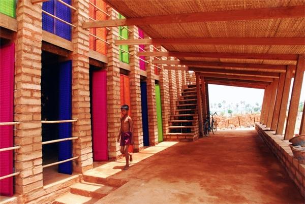 Dân làng có thể đến thăm tòa nhà bằng gạch để học tính toán hoặc cách làm ăn buôn bán.