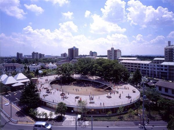 Trong quá trình xây dựng trường mẫu giáo Fuji (Nhật Bản), các nhà thiết kế đã biến mái nhà thành sân chơi khổng lồ. Họ tin rằng việc học tập ngoài trời giúp học sinh hiểu rõ về thiên nhiên và mở rộng khả năng tư duy sáng tạo