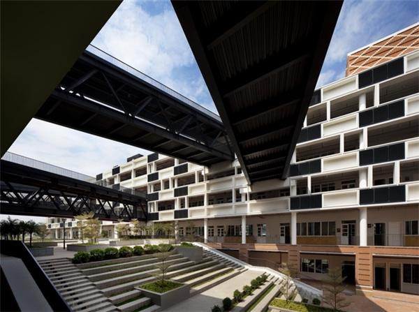 Những lối đi lại trên cao không chỉ tạo nên nét độc đáo trong kiến trúc, mà còn có tác dụng che nắng, hạn chế sức nóng cho sân trường.