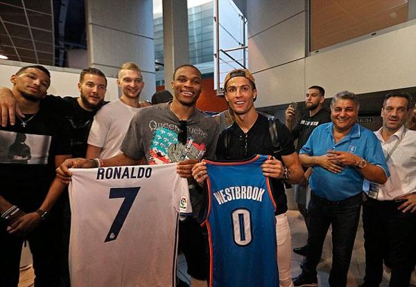 Ronaldo và sao bóng rổ Russell Westbrook. (Ảnh: internet)