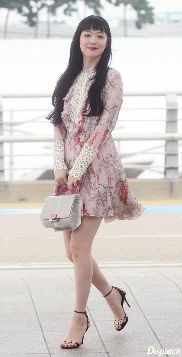 """Việc rời khỏi nhóm theo đuổi hạnh phúc riêng của mình khiến cho Sulli trở thành """"cái gai trong mắt"""" của netizen Hàn Quốc."""