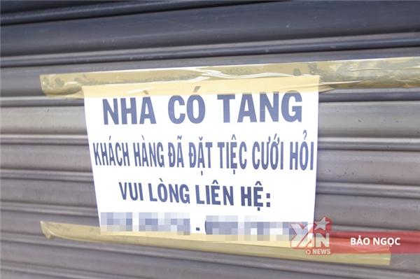 Tấm biển nhỏ được treo lên để thông báo đếnnhững khách hàng đã đặt dịch vụ cưới hỏi tại cửa hàng của anh Tin, chị Thùy.