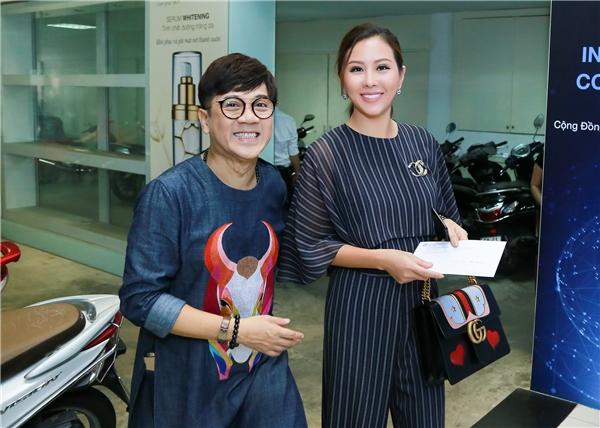 """Sáng nay (5/10), Hoa hậu Thu Hoài đã cùng nhiều nghệ sĩ đến tham gia quỹ từ thiện SOS do nghệ sĩ Thành Lộc làm đại sứ với tên gọi """"Hủ đựng tình thương"""". Cô diện trang phục thanh lịch, đơn giản với màu sắc nhã nhặn."""