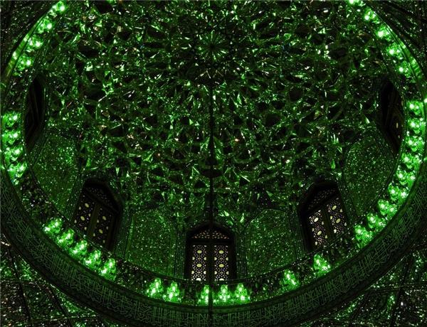 Ánh sáng xanh huyền bí của nhà thờ tạo nên vẻ bí ẩn, ảo diệu.