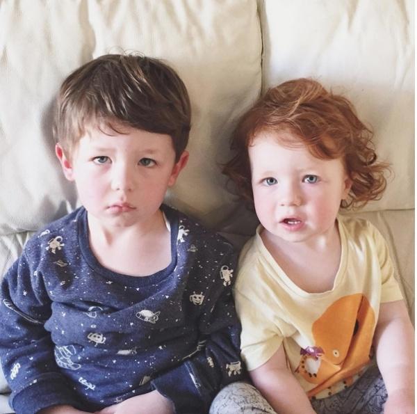 """""""Mẹ có đùa không ạ? Bọn con sẽ có 3 em nữa sao?"""". Khuôn mặt biểu cảm vô cùng đáng yêu của Evan và Otto biết tin sẽ có thêm 3 em nữa."""