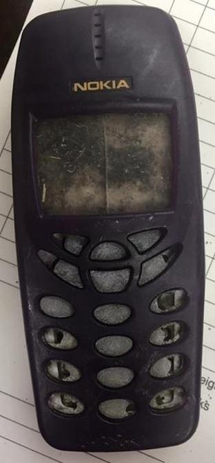 Hình dạng chiếc điện thoại gần như nguyên vẹn. (Ảnh: internet)