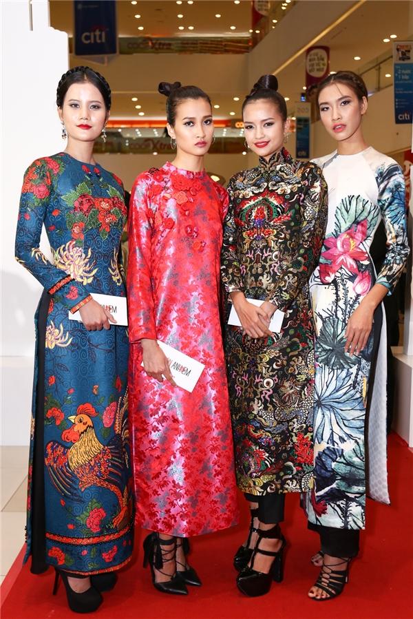 Từ trái sang: Quán quân Next Top Model 2015 Hương Ly, Thuỳ Trang, Quán quân Next Top Model 2016 Ngọc Châu và Quán quân Next Top Model 2014 Nguyễn Oanh - Tin sao Viet - Tin tuc sao Viet - Scandal sao Viet - Tin tuc cua Sao - Tin cua Sao