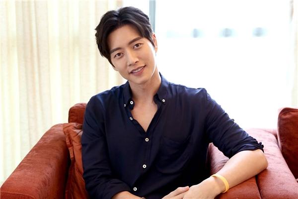 """Từng thừa nhận bản thân là người kém lãng mạn, thế nhưng Park Hae Jin lại chinh phục các fan nữ bằng tính cách tốt cùng vẻ ngoài điển trai. Không chỉ vậy, anh chàng còn là """"chàng rể trong mơ"""" của các bậc phụ huynh xứ kim chi nhờ cách hành xử đúng mực và không hề giả tạo."""