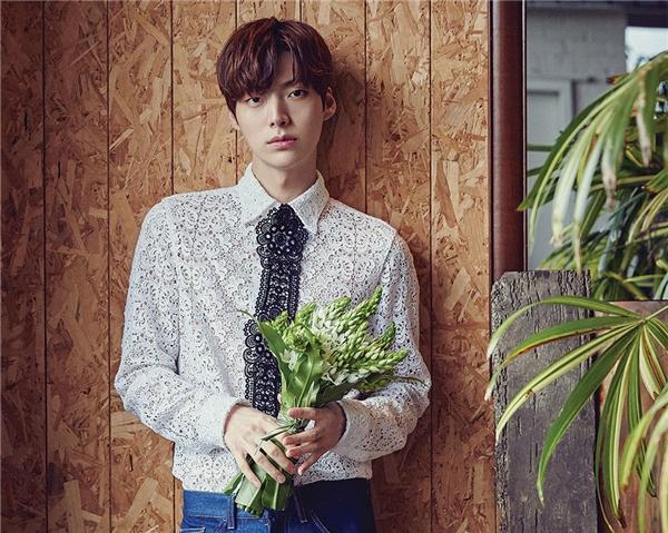 """Nhìn vào chuyện tình yêu đẹp hơn cổ tích của Ahn Jae Hyun và Goo Hye Sun, mọi người phần nào cũng cảm nhận được nam diễn viên 29 tuổi là một người bạn trai tuyệt vời cỡ nào. Không ngần ngại công khai """"nịnh"""" bạn gái, nắm chặt tay cô mọi lúc mọi nơi, sẵn sàng thực hiện hàng tá điều lãng mạn, đây chính là cách Ahn Jae Hyun chinh phục được trái tim người đẹp."""