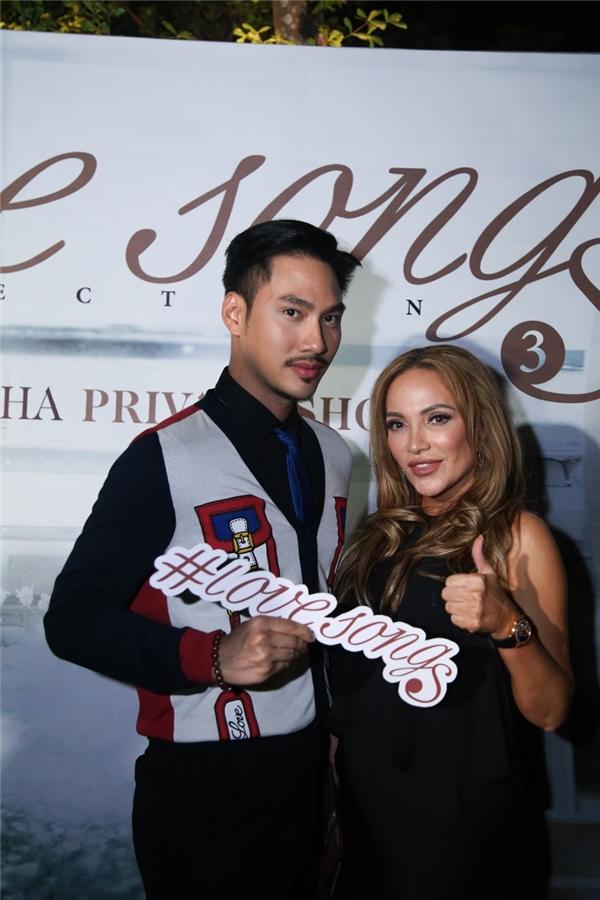 Nữ ca sĩ chụp ảnh cùng nhà thiết kế Lý Quí Khánh - Tin sao Viet - Tin tuc sao Viet - Scandal sao Viet - Tin tuc cua Sao - Tin cua Sao
