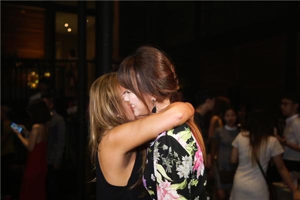Ngay khi vừa gặp nhau, hai nữ ca sĩ trò chuyện rất vui vẻ, phá tan tin đồn giận dỗi. - Tin sao Viet - Tin tuc sao Viet - Scandal sao Viet - Tin tuc cua Sao - Tin cua Sao
