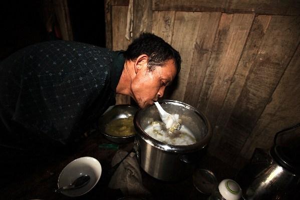 Hàng ngày ông nấu ăn và chăm sóc cha mẹ già yếu của mình.