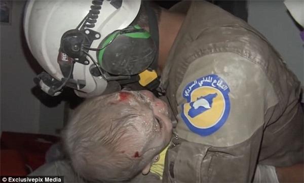Xúc động giọt nước mắt người cứu hộ khi giải cứu bé gái 1 tháng tuổi