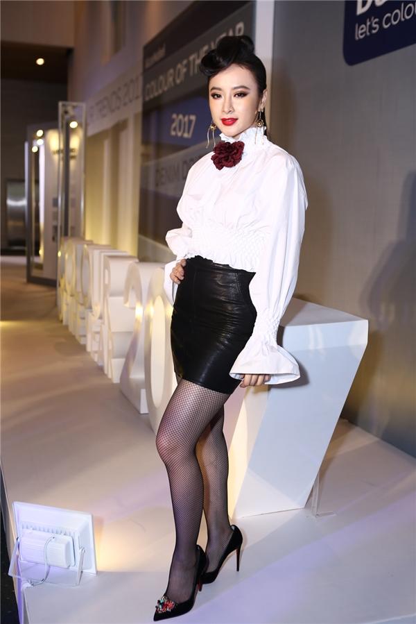 Là một trong những khách mời đặc biệt của đêm mở màn Elle Fashion Journey 2016, sữ xuất hiện của Angela Phương Trinh luôn được khán giả kì vọng. Tuy nhiên, nữ diễn viên lại gây bất ngờ khi diện bộ cánh theo phong cách cổ điển khá đơn giản với hai tông màu trắng, đen đơn giản. Lẽ ra, nữ diễn viên đã ở mức an toàn nếu không mang quá nhiều phụ kiện cùng kiểu làm tóc không mấy liên quan đến trang phục.