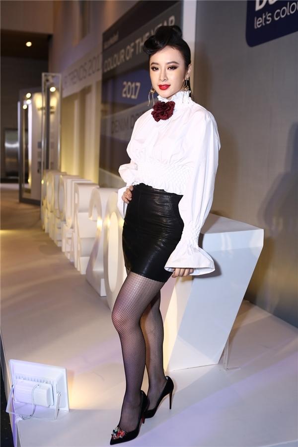 """Trên thảm đỏ Elle Fashion Journey 2016, Angela Phương Trinh trông khá đơn giản với hai tông màu trắng, đen tương phản. Tuy nhiên, bộ cánh cùng cách trang điểm khiến nữ diễn viên trông """"dừ"""" hơn hẳn. Mặc dù cùng chọn trang phục kín đáo trong tuần qua nhưng Ngọc Trinh đã có phần trội hơn Angela Phương Trinh."""