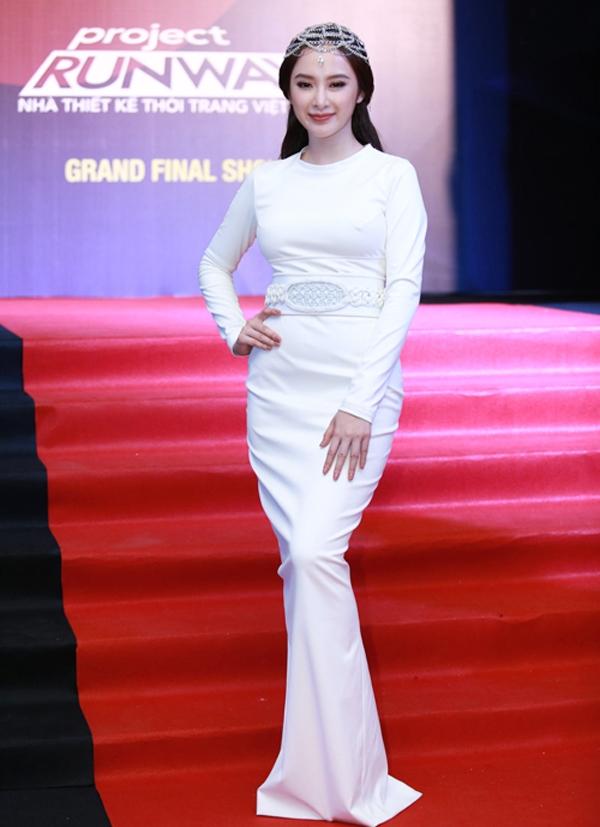Trước đây, đôi lần Angela Phương Trinh cũng mất điểm với những bộ cánh kín đáo khiến cô tự cộng thêm tuổi.