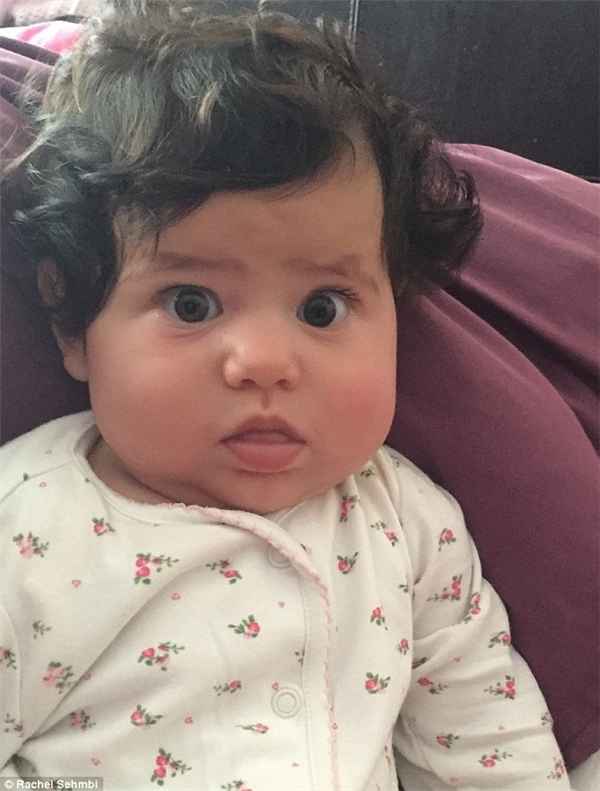 Dù chỉ mới vài tháng tuổi nhưng con gái của người phụ nữ có tên Rachel đã sở mái tóc đen và nhiều đến mức khó tin.