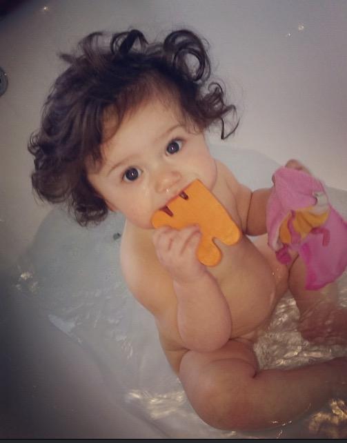 Cô công chúa nhỏ của người mẹ có tên Becky sở hữu mái tóc xoăn đen mun rất đáng yêu.