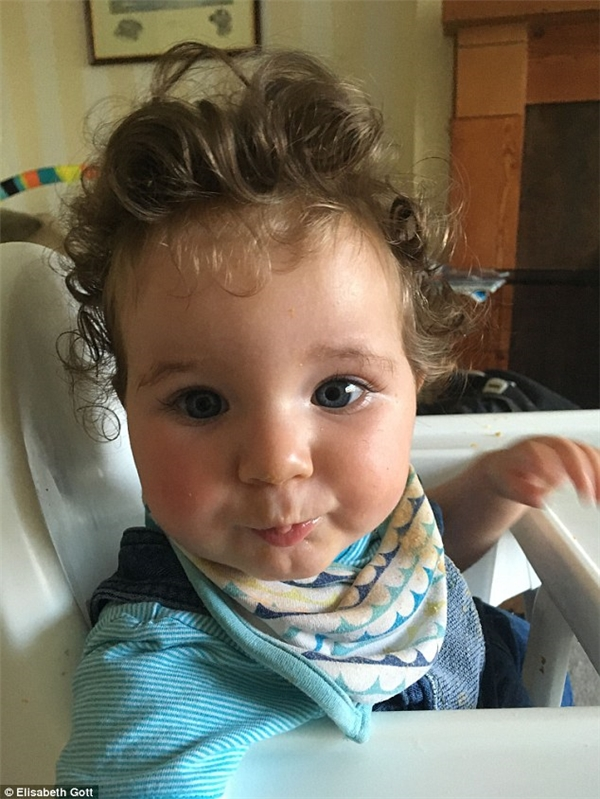 Cậu béJames Walter Gott đã khiến cảđội ngũbác sĩ và y tá rất bất ngờ khi mớira đời vì bésở hữu mái tóc xoăn títvà rấtdày.