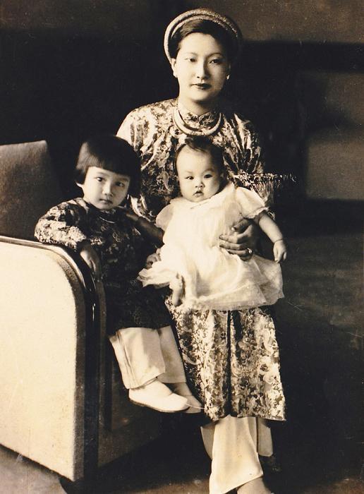Bà và hai con